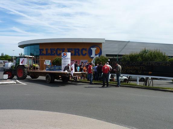Eleveur et Engagé : les éleveurs de viande bovine manifestent devant Leclerc de Saint-Jean de Linières